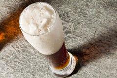 Birra fredda scura con schiumoso Fotografia Stock Libera da Diritti