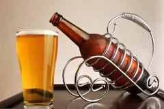 Birra fredda su una tabella di legno. Fotografia Stock