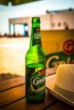 Birra fredda sulla tavola in caffè su una spiaggia fotografia stock libera da diritti