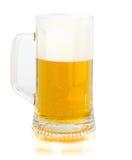 Birra fresca della tazza isolata su fondo bianco Fotografia Stock Libera da Diritti