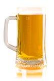Birra fresca della tazza isolata su fondo bianco Immagine Stock