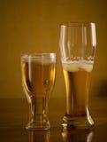 Birra fresca leggera in vetri, su una tavola di legno Immagine Stock