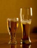 Birra fresca leggera in vetri, su una tavola di legno Immagine Stock Libera da Diritti