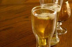 Birra fresca leggera in vetri, su una tavola di legno Fotografia Stock Libera da Diritti