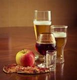 Birra fresca leggera in vetri, su una tavola di legno Immagini Stock