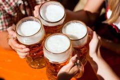 Birra fresca in un giardino della birra Fotografie Stock