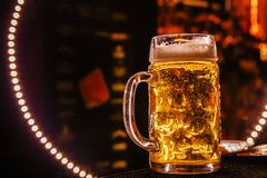 Birra fresca in un grande cerchio fotografie stock