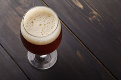 Birra inglese rossa su legno scuro Immagine Stock Libera da Diritti