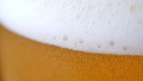 Birra leggera fredda in un vetro archivi video