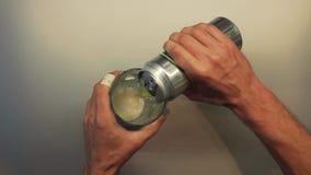 Birra maschio di apertura della mano stock footage