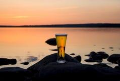 Birra nel tramonto fotografia stock libera da diritti