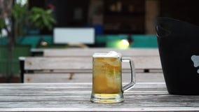 Birra nel vetro sulla tavola di legno stock footage