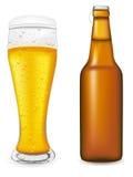 Birra nell'illustrazione di vettore della bottiglia e di vetro Fotografia Stock