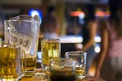 Birra nella barra del raggruppamento Fotografia Stock