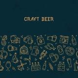 Birra orizzontale senza cuciture scura del modello delle icone disegnate a mano sul tema di birra royalty illustrazione gratis