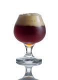 Birra scura del progetto pieno in calice di vetro Fotografia Stock