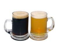 Birra scura e chiara in tazze Immagini Stock