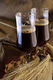 Birra scura nelle pinte Fotografia Stock