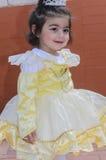 Birra-Sheva, ISRAELE - 5 marzo 2015: La ragazza nel vestito di giallo pallido con la corona Fotografia Stock