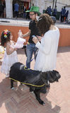Birra-Sheva, ISRAELE - 5 marzo 2015: Madre, padre, derivato e cane su una via della città Immagini Stock