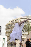 Birra-Sheva, ISRAELE - 5 marzo 2015: Ragazza della ginnasta in vestito bianco sulla scena della via - Purim Fotografia Stock