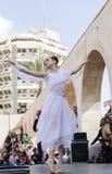 Birra-Sheva, ISRAELE - 5 marzo 2015: Ragazza della ginnasta in vestito bianco sulla scena della via - Purim Immagine Stock