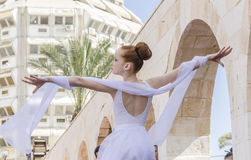 Birra-Sheva, ISRAELE - 5 marzo 2015: Ragazza della ginnasta in vestito bianco sulla scena della via - Purim Fotografia Stock Libera da Diritti
