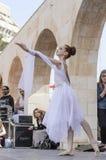 Birra-Sheva, ISRAELE - 5 marzo 2015: Ragazza della ginnasta in vestito bianco sulla scena della via - Purim Immagini Stock Libere da Diritti