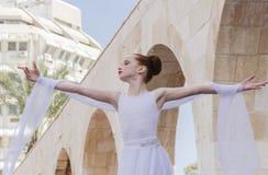 Birra-Sheva, ISRAELE - 5 marzo 2015: Ragazza della ginnasta in vestito bianco sulla scena Purim della via Immagini Stock Libere da Diritti