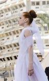 Birra-Sheva, ISRAELE - 5 marzo 2015: Ragazza della ginnasta in vestito bianco sulla scena Purim della via Immagini Stock