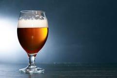 Birra su buio Fotografie Stock