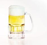 Birra in tazza immagini stock