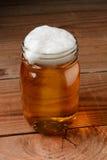 Birra in un barattolo fotografie stock libere da diritti