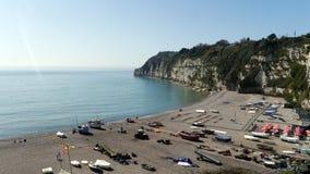 Birra Un paesino di pescatori popolare con i turisti a Devon in Inghilterra ad ovest del sud fotografia stock