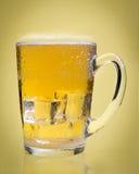 Birra in un singolo fondo Immagine Stock Libera da Diritti