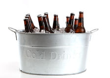Birra in una benna del metallo Fotografie Stock