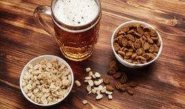 Birra in una tazza ed in uno spuntino Immagini Stock