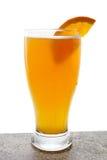 Birra in vetro con l'arancio   Fotografie Stock
