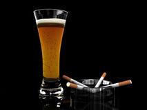 Birra in vetro e sigarette illustrazione vettoriale