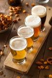 Birre assortite in un volo fotografie stock libere da diritti