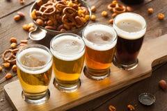 Birre assortite in un volo Immagini Stock Libere da Diritti