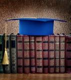 Birrete de la graduación encima de la pila de libros Imagenes de archivo