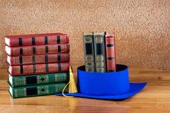 Birrete de la graduación encima de la pila de libros Fotos de archivo