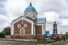 Birsk 圣尼古拉斯教会有钟楼和outbuild的 库存照片