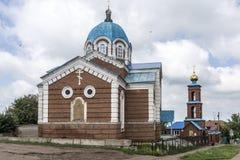 Birsk La iglesia de San Nicolás con un campanario y un outbuild Fotos de archivo