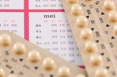 Birthcontrolpills på en kalender Royaltyfri Fotografi