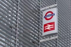 Birtish stång- och tunnelbanatecken på sida av byggnad Fotografering för Bildbyråer