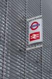Birtish stång- och tunnelbanatecken på sida av byggnad Royaltyfri Bild