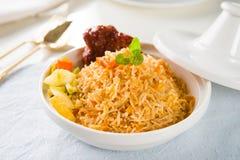 Biryani米或briyani米、咖喱鸡和沙拉,传统 免版税图库摄影
