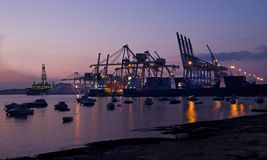 BIRZEBUGGA, Malta-puede 2: puerto del cargo en Birzebugga, Malta, vista panorámica de la madrugada del puerto del cargo el 2 de m Foto de archivo